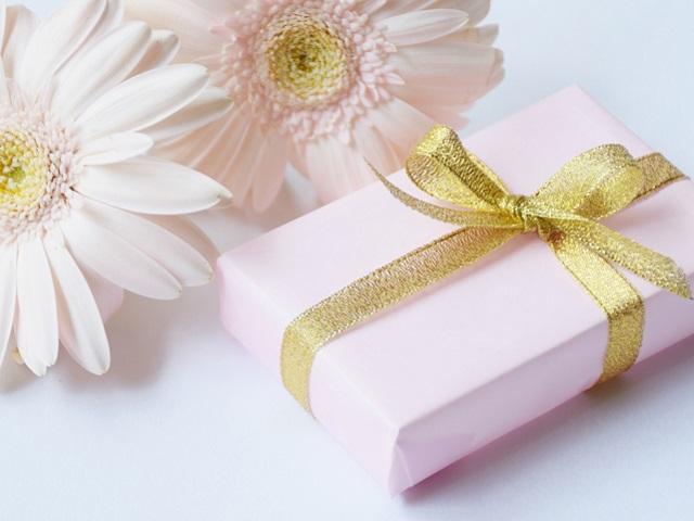 花とプレゼントボックス